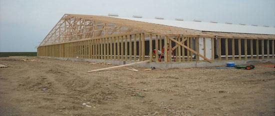 Construcción del armazón para la instalación de los bancos de filtros en una granja de madres en Norte América.