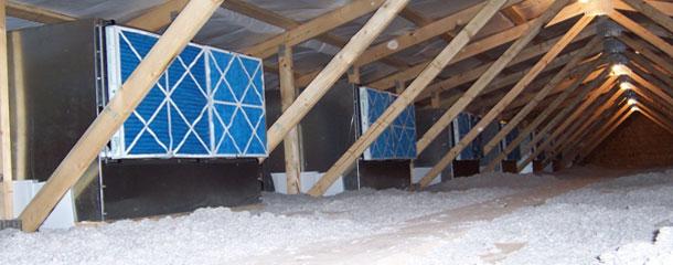: Image de la sous-toiture avec des caisses de filtres dans un élevage de truies adapté au système de filtration d'air