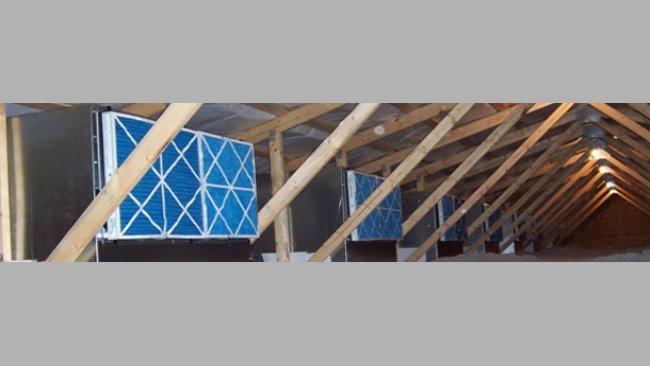 Image de la sous-toiture avec des caisses de filtres dans un élevage de truies adapté au système de filtration d'air