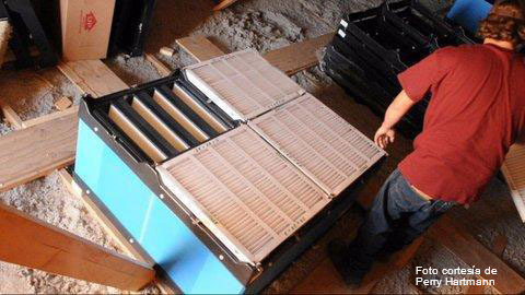 Installation de filtres dans les combles sur les entrées d'air de l'élevage