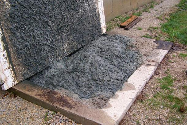 Ecume sortant de l'accès pour la pompe avant l'application sur le terrain