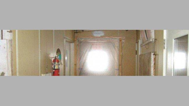 """Figura 2: Exemple de porte scellée évitant l'entrée d'air non désiré et le mouvement non souhaité de personnelentre la zone """"propre"""" (à l'intérieure de l'exploitation) et la zone """"sale"""" (extérieur de l'exploitation)."""