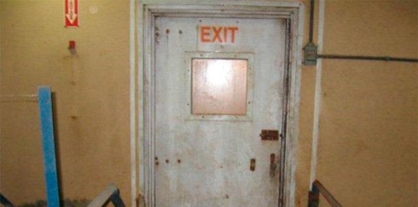 Figure 1 : Porte non protégée communiquant l'intérieur avec l'extérieur de la ferme.