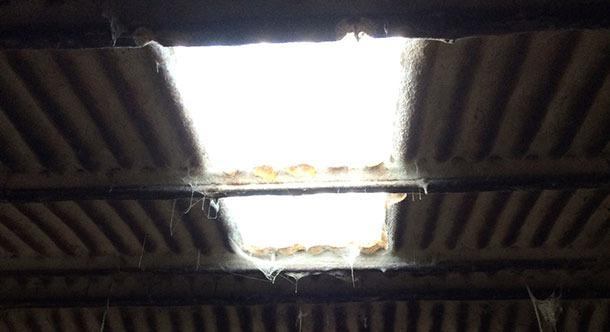 Bâtiment ancien où l'illumination est améliorée par une fenêtre.