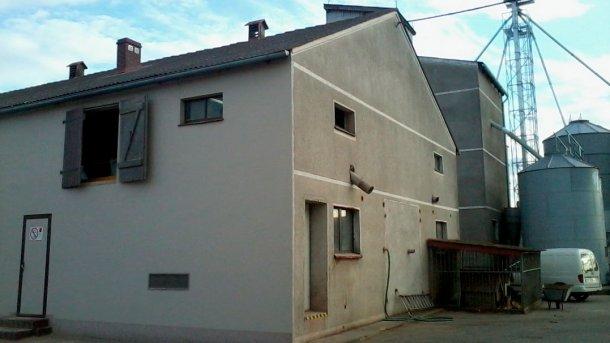 Figure 1: Bâtiment d'engraissement; bâtiment des truies reproductrices derrière dans la partie supérieure droite; porte d'entrée aux salles extérieures dans le mur.