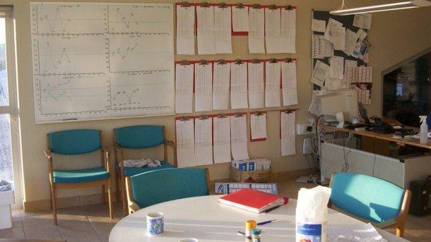 Salle de réunion et zone de contrôle des informations.
