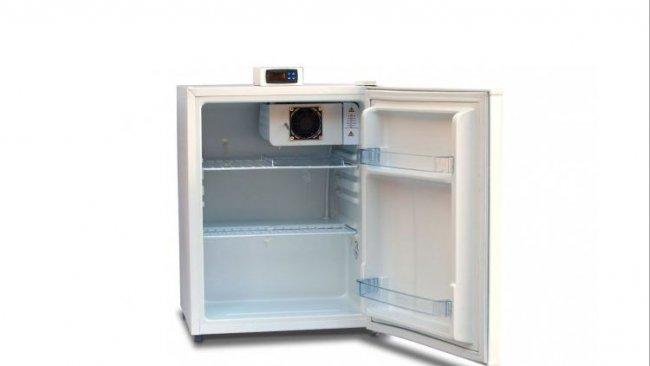 Figure 1: Unité de stockage avec affichage de la température extérieur et étagères ouvertes (grille) pour permettre la circulation de l'air.