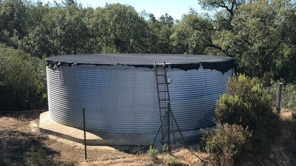 Réservoir de stockage et de distribution correctement dimensionné et couvert, basique dans tout élevage porcin.