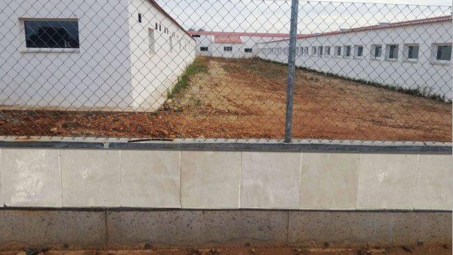 Photo 1 : Exemple de clôture construite avec des dalles lisses pour empêcher l'accès des rongeurs.