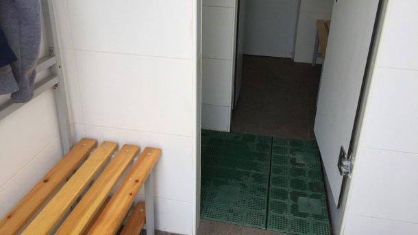 Photo 5. Séparation physique des zones par une ligne de douche. Photo fournie par Jordi Balp.