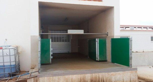 Image6. Quai de chargement semi-fermé avec portes et barre horizontale pour séparer physiquement la zone sale de la zone propre. Avec l'aimable autorisation Agropecuaria Los Girasoles, Espagne.