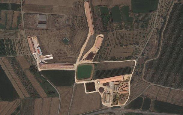 Image 1. Vue aérienne des différents bâtiments qui composent l'élevage.